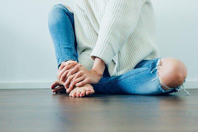 strzykanie w kolanie